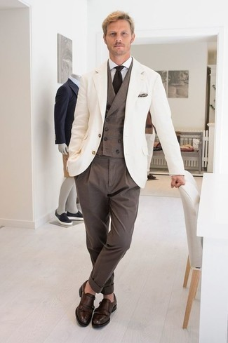 Dunkelbraune Doppelmonks aus Leder kombinieren: trends 2020: Vereinigen Sie ein weißes Sakko mit einer braunen Anzughose für einen stilvollen, eleganten Look. Komplettieren Sie Ihr Outfit mit dunkelbraunen Doppelmonks aus Leder.