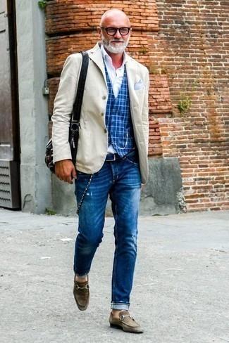 Dunkelbraune Wildleder Slipper kombinieren: trends 2020: Kombinieren Sie ein hellbeige Sakko mit blauen Jeans mit Destroyed-Effekten für ein bequemes Outfit, das außerdem gut zusammen passt. Schalten Sie Ihren Kleidungsbestienmodus an und machen dunkelbraunen Wildleder Slipper zu Ihrer Schuhwerkwahl.