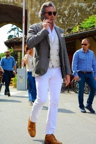 Hellbeige Weste kombinieren: trends 2020: Kombinieren Sie eine hellbeige Weste mit weißen Jeans, um vor Klasse und Perfektion zu strotzen. Komplettieren Sie Ihr Outfit mit rotbraunen Leder Brogues.
