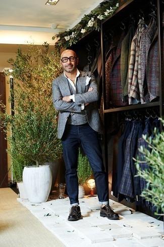 Hellblaue Weste kombinieren: trends 2020: Kombinieren Sie eine hellblaue Weste mit dunkelblauen Jeans für einen stilvollen, eleganten Look. Komplettieren Sie Ihr Outfit mit schwarzen Leder Derby Schuhen, um Ihr Modebewusstsein zu zeigen.