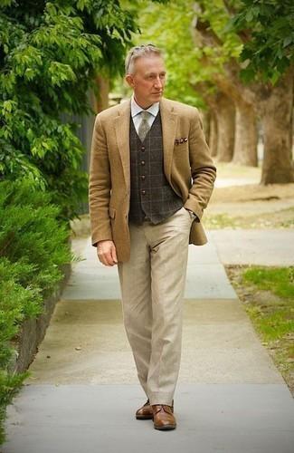Hellbeige Anzughose kombinieren: trends 2020: Kombinieren Sie ein beige Sakko mit einer hellbeige Anzughose für eine klassischen und verfeinerte Silhouette. Dieses Outfit passt hervorragend zusammen mit braunen Leder Derby Schuhen.