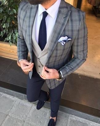 Dunkelblaue Wildleder Slipper mit Quasten kombinieren: trends 2020: Machen Sie sich mit einem grauen Sakko mit Schottenmuster und einer dunkelblauen Anzughose einen verfeinerten, eleganten Stil zu Nutze. Dunkelblaue Wildleder Slipper mit Quasten fügen sich nahtlos in einer Vielzahl von Outfits ein.