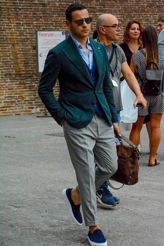 Braune Leder Aktentasche kombinieren: trends 2020: Entscheiden Sie sich für ein dunkelgrünes Sakko und eine braune Leder Aktentasche für einen entspannten Wochenend-Look. Komplettieren Sie Ihr Outfit mit dunkelblauen Slip-On Sneakers aus Segeltuch, um Ihr Modebewusstsein zu zeigen.
