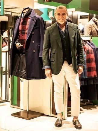 Weste kombinieren: trends 2020: Tragen Sie eine Weste und hellbeige Jeans für einen stilvollen, eleganten Look. Fühlen Sie sich ideenreich? Vervollständigen Sie Ihr Outfit mit braunen Leder Slippern.
