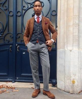 Weste kombinieren: trends 2020: Paaren Sie eine Weste mit einer grauen Anzughose für einen stilvollen, eleganten Look. Suchen Sie nach leichtem Schuhwerk? Vervollständigen Sie Ihr Outfit mit braunen Wildleder Oxford Schuhen für den Tag.