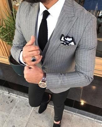 Dunkelbraune Lederuhr kombinieren – 500+ Herren Outfits: Entscheiden Sie sich für Komfort in einem grauen vertikal gestreiften Sakko und einer dunkelbraunen Lederuhr. Fühlen Sie sich mutig? Wählen Sie schwarzen Doppelmonks aus Wildleder.