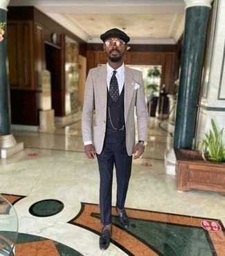 40 Jährige: Dunkelblaue Weste kombinieren – 37 Herren Outfits: Erwägen Sie das Tragen von einer dunkelblauen Weste und einer dunkelblauen Anzughose, um vor Klasse und Perfektion zu strotzen. Fühlen Sie sich ideenreich? Ergänzen Sie Ihr Outfit mit schwarzen Leder Slippern mit Quasten.