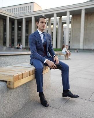 Graues bedrucktes Einstecktuch kombinieren – 32 Herren Outfits: Kombinieren Sie ein dunkelblaues Sakko mit Karomuster mit einem grauen bedruckten Einstecktuch für einen entspannten Wochenend-Look. Fühlen Sie sich ideenreich? Entscheiden Sie sich für schwarzen Leder Oxford Schuhe.