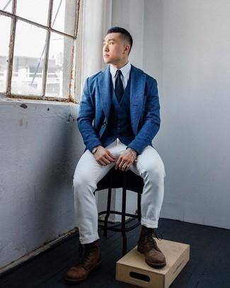 Weiße Chinohose kombinieren – 500+ Herren Outfits: Die Paarung aus einem blauen Sakko und einer weißen Chinohose ist eine großartige Wahl für einen Tag im Büro. Eine dunkelbraune Wildlederfreizeitstiefel sind eine gute Wahl, um dieses Outfit zu vervollständigen.
