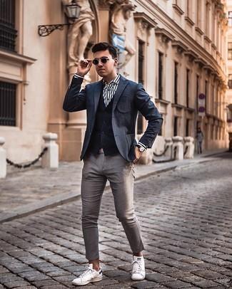 Weißes und dunkelblaues vertikal gestreiftes Businesshemd kombinieren – 500+ Herren Outfits: Kombinieren Sie ein weißes und dunkelblaues vertikal gestreiftes Businesshemd mit einer grauen Chinohose, um einen modischen Freizeitlook zu kreieren. Wenn Sie nicht durch und durch formal auftreten möchten, vervollständigen Sie Ihr Outfit mit weißen und schwarzen Segeltuch niedrigen Sneakers.