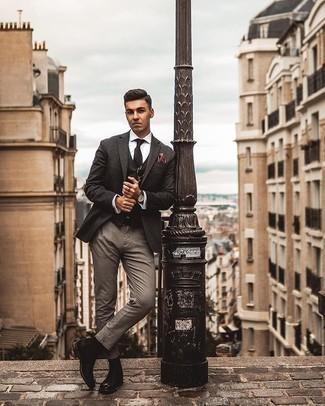 Businesshemd kombinieren – 500+ Herren Outfits: Kombinieren Sie ein Businesshemd mit einer grauen Chinohose, um einen modischen Freizeitlook zu kreieren. Fühlen Sie sich mutig? Entscheiden Sie sich für schwarzen Chelsea Boots aus Leder.