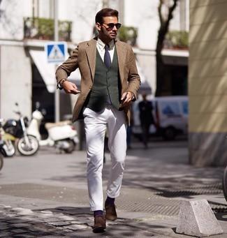 Dunkelrote Sonnenbrille kombinieren – 214 Herren Outfits: Für ein bequemes Couch-Outfit, kombinieren Sie ein beige Sakko mit Hahnentritt-Muster mit einer dunkelroten Sonnenbrille. Braune Wildleder Oxford Schuhe sind eine einfache Möglichkeit, Ihren Look aufzuwerten.