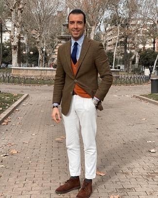 Dunkelgrüne Socken kombinieren – 175 Herren Outfits: Kombinieren Sie ein braunes Wollsakko mit Karomuster mit dunkelgrünen Socken für einen entspannten Wochenend-Look. Putzen Sie Ihr Outfit mit braunen Chukka-Stiefeln aus Wildleder.