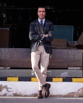 Dunkelblaue und weiße bedruckte Krawatte kombinieren – 267 Herren Outfits: Erwägen Sie das Tragen von einem dunkelblauen und grünen Sakko mit Schottenmuster und einer dunkelblauen und weißen bedruckten Krawatte für eine klassischen und verfeinerte Silhouette. Braune Leder Derby Schuhe sind eine großartige Wahl, um dieses Outfit zu vervollständigen.