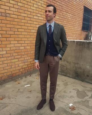 Herren Outfits 2020: Vereinigen Sie ein dunkelgraues Sakko mit einer braunen Anzughose für eine klassischen und verfeinerte Silhouette. Dunkelbraune Wildleder Oxford Schuhe sind eine perfekte Wahl, um dieses Outfit zu vervollständigen.
