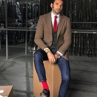 Elegante Outfits Herren 2020: Etwas Einfaches wie die Wahl von einem weißen Businesshemd kann Sie von der Menge abheben.