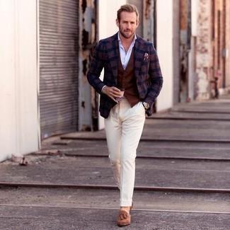 Rosa Einstecktuch kombinieren – 135 Herren Outfits: Für ein bequemes Couch-Outfit, vereinigen Sie ein dunkelblaues Sakko mit Schottenmuster mit einem rosa Einstecktuch. Komplettieren Sie Ihr Outfit mit beige Wildleder Slippern mit Quasten, um Ihr Modebewusstsein zu zeigen.