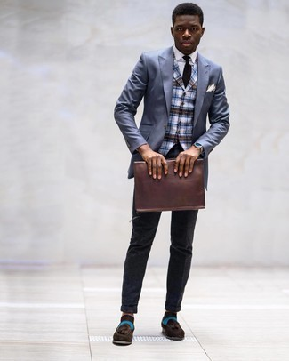 Weißes Einstecktuch kombinieren – 1200+ Herren Outfits: Für ein bequemes Couch-Outfit, entscheiden Sie sich für ein blaues Sakko und ein weißes Einstecktuch. Fühlen Sie sich ideenreich? Komplettieren Sie Ihr Outfit mit dunkelbraunen Wildleder Slippern mit Quasten.