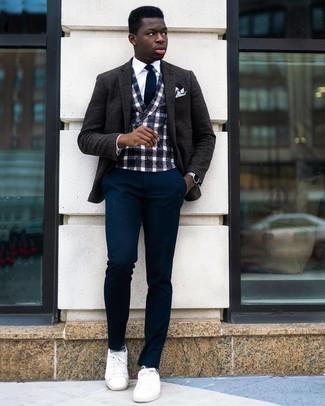 Weißes Einstecktuch kombinieren – 1200+ Herren Outfits: Entscheiden Sie sich für Komfort in einem dunkelgrauen Wollsakko und einem weißen Einstecktuch. Heben Sie dieses Ensemble mit weißen Segeltuch niedrigen Sneakers hervor.