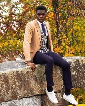 Weißes Einstecktuch kombinieren – 1200+ Herren Outfits: Für ein bequemes Couch-Outfit, erwägen Sie das Tragen von einem beige Sakko und einem weißen Einstecktuch. Fügen Sie weißen Leder niedrige Sneakers für ein unmittelbares Style-Upgrade zu Ihrem Look hinzu.