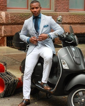 Braune Leder Slipper kombinieren – 500+ Herren Outfits: Kombinieren Sie ein weißes und dunkelblaues vertikal gestreiftes Sakko mit weißen Jeans, um mühelos alles zu meistern, was auch immer der Tag bringen mag. Fühlen Sie sich ideenreich? Vervollständigen Sie Ihr Outfit mit braunen Leder Slippern.