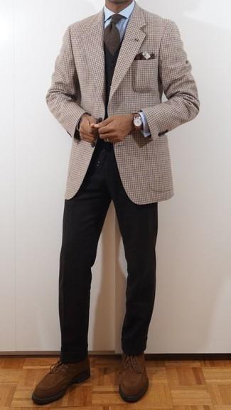 Braune Wildlederfreizeitstiefel kombinieren – 363 Herren Outfits: Vereinigen Sie ein beige Sakko mit Vichy-Muster mit einer schwarzen Chinohose für Ihren Bürojob. Eine braune Wildlederfreizeitstiefel sind eine perfekte Wahl, um dieses Outfit zu vervollständigen.