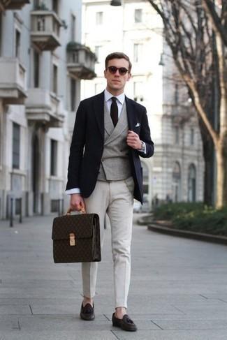 Dunkelblaues Sakko kombinieren – 1200+ Herren Outfits: Vereinigen Sie ein dunkelblaues Sakko mit einer weißen Chinohose für einen für die Arbeit geeigneten Look. Fühlen Sie sich ideenreich? Ergänzen Sie Ihr Outfit mit dunkelbraunen Leder Slippern mit Quasten.