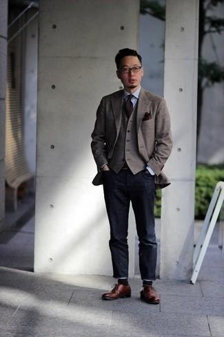 Dunkelgraue Jeans kombinieren – 500+ Herren Outfits: Die Kombination von einem braunen Sakko mit Karomuster und dunkelgrauen Jeans erlaubt es Ihnen, Ihren Freizeitstil klar und einfach zu halten. Fühlen Sie sich mutig? Ergänzen Sie Ihr Outfit mit braunen Leder Oxford Schuhen.