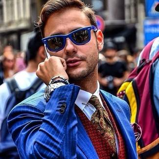 Wie kombinieren: blaues vertikal gestreiftes Sakko, rote bedruckte Weste, weißes Businesshemd, olivgrüne Krawatte mit Paisley-Muster
