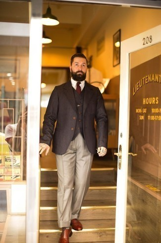 Hellbeige Anzughose kombinieren – 500+ Herren Outfits: Paaren Sie ein dunkelbraunes Sakko mit einer hellbeige Anzughose für einen stilvollen, eleganten Look. Vervollständigen Sie Ihr Look mit rotbraunen Leder Oxford Schuhen.