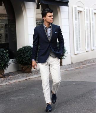 Hellblaues Businesshemd kombinieren – 500+ Herren Outfits: Vereinigen Sie ein hellblaues Businesshemd mit einer weißen Anzughose für eine klassischen und verfeinerte Silhouette. Wenn Sie nicht durch und durch formal auftreten möchten, wählen Sie dunkelblauen Segeltuch Derby Schuhe.
