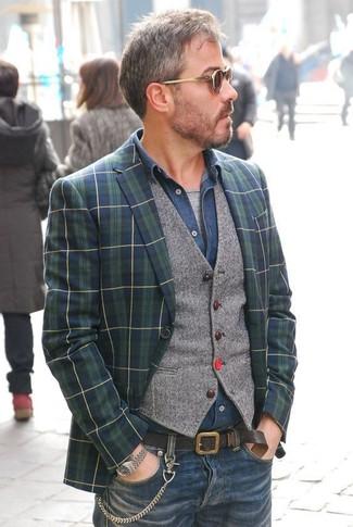Wie kombinieren: dunkelblaues und grünes Sakko mit Schottenmuster, graue Wollweste, dunkelblaues Jeanshemd, graues T-Shirt mit einem Rundhalsausschnitt