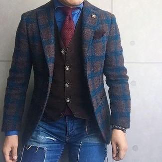 Wie kombinieren: dunkelbraunes Wollsakko mit Karomuster, dunkelbraune Weste, blaues Jeanshemd, blaue enge Jeans mit Destroyed-Effekten