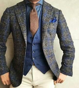 Wie kombinieren: olivgrünes Wollsakko mit Schottenmuster, dunkelblaue Jeansweste, blaues Jeanshemd, hellbeige Chinohose