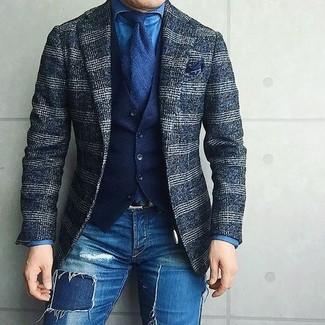 Wie kombinieren: dunkelblaues Wollsakko mit Schottenmuster, dunkelblaue Baumwollweste, blaues Jeanshemd, blaue enge Jeans mit Destroyed-Effekten