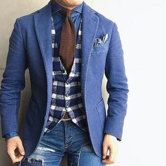 Wie kombinieren: blaues Jeanssakko, dunkelblaue und weiße Wollweste mit Vichy-Muster, blaues Jeanshemd, blaue enge Jeans mit Destroyed-Effekten