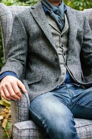 Wie kombinieren: graues Wollsakko mit Fischgrätenmuster, graue Wollweste mit Fischgrätenmuster, blaues Jeanshemd, blaue Jeans