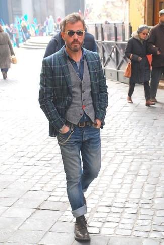 Wie kombinieren: dunkelblaues und grünes Sakko mit Schottenmuster, graue Wollweste, blaues Jeanshemd, graues T-Shirt mit einem Rundhalsausschnitt