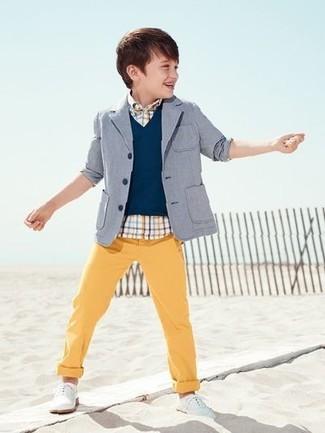 Wie kombinieren: graues Sakko, dunkelblaue Weste, weißes Kurzarmhemd mit Schottenmuster, gelbe Hose
