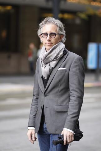 Grauen Schal mit Hahnentritt-Muster kombinieren – 6 Herren Outfits: Für ein bequemes Couch-Outfit, kombinieren Sie ein graues Sakko mit einem grauen Schal mit Hahnentritt-Muster.