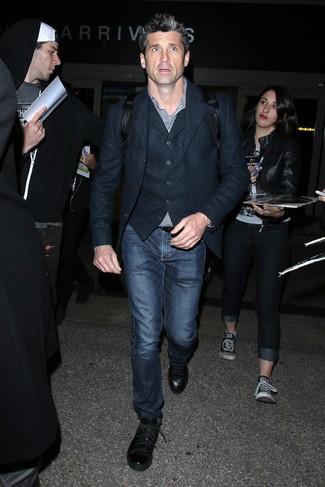 Patrick Dempsey trägt dunkelblaues Wollsakko, dunkelblaue Wollweste, schwarzes und weißes Langarmhemd mit Vichy-Muster, dunkelblaue Jeans