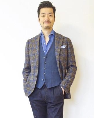 Wie kombinieren: braunes Sakko mit Schottenmuster, blaue Weste, blaues Langarmhemd, dunkelblaue Jeans
