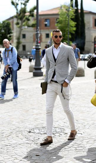 Wie kombinieren: weißes und schwarzes Sakko mit Hahnentritt-Muster, schwarze Weste, weißes Langarmhemd, weiße enge Jeans