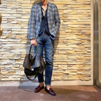 Wie kombinieren: dunkelblaues Sakko mit Schottenmuster, dunkelblaue Weste, graues Langarmhemd, dunkelblaue Jeans