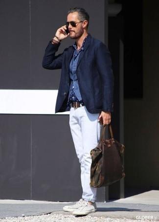 Weste kombinieren: trends 2020: Vereinigen Sie eine Weste mit weißen Jeans, um vor Klasse und Perfektion zu strotzen. Fühlen Sie sich mutig? Wählen Sie weißen Segeltuch niedrige Sneakers.