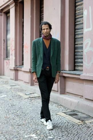 Lila Schal kombinieren: trends 2020: Für ein bequemes Couch-Outfit, kombinieren Sie ein dunkelgrünes Sakko mit einem lila Schal. Weiße niedrige Sneakers bringen klassische Ästhetik zum Ensemble.