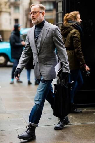 Wie kombinieren: graues Sakko, graue Weste, schwarzer Rollkragenpullover, blaue Jeans mit Destroyed-Effekten