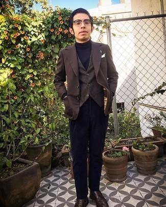 Herren Outfits 2020: Kombinieren Sie ein dunkelbraunes Sakko mit einer dunkelblauen Anzughose aus Cord für eine klassischen und verfeinerte Silhouette. Fühlen Sie sich mutig? Entscheiden Sie sich für dunkelbraunen Brogue Stiefel aus Leder.