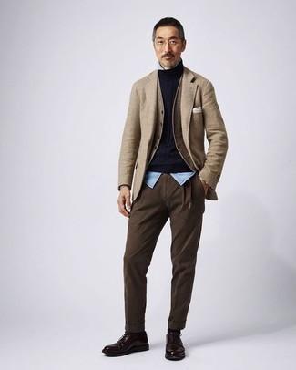 Hose kombinieren – 1200+ Herren Outfits: Entscheiden Sie sich für ein beige Wollsakko und eine Hose für einen für die Arbeit geeigneten Look. Fühlen Sie sich ideenreich? Wählen Sie dunkelbraunen Leder Derby Schuhe.