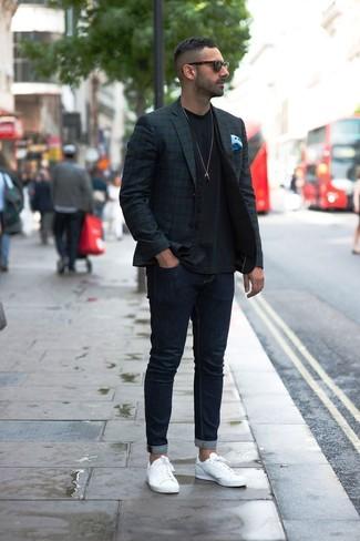 Wie kombinieren: dunkelblaues und grünes Sakko mit Schottenmuster, schwarze Weste, schwarzes T-Shirt mit einem Rundhalsausschnitt, dunkelblaue enge Jeans